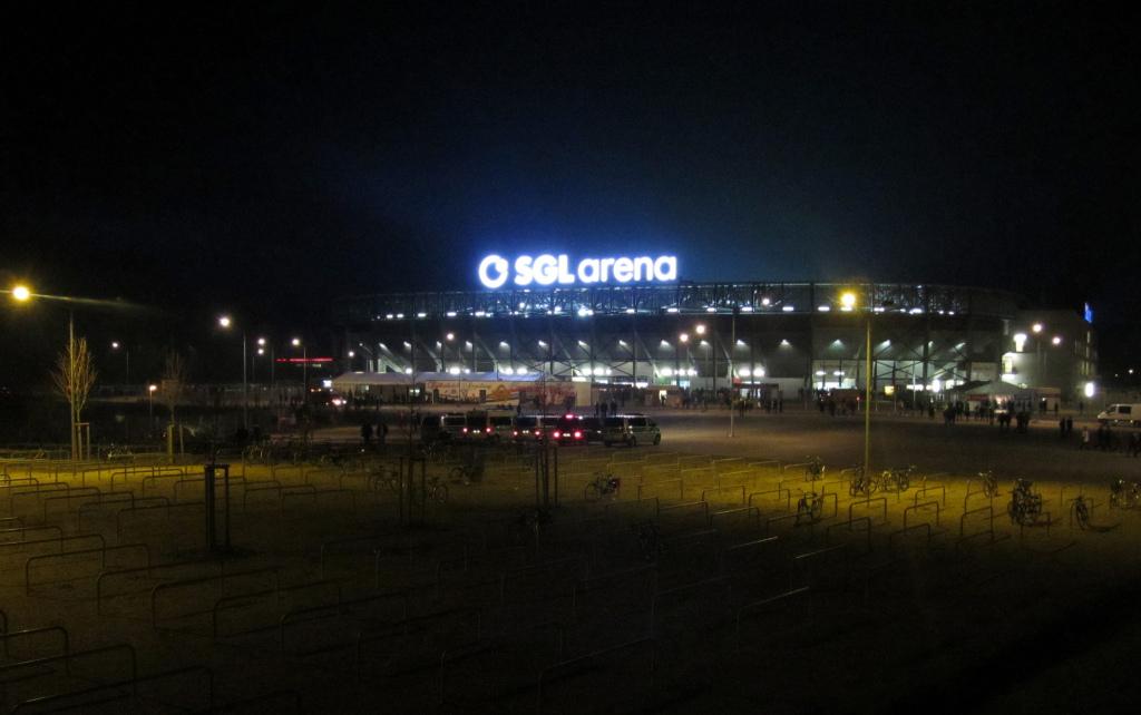 Stadion des FC Augsburg bei Nacht Bild: Markus Unger, CC BY [flickr]