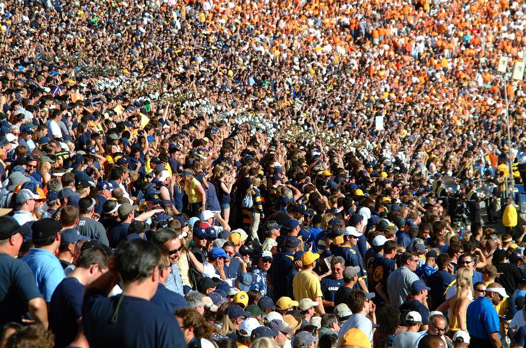Ausverkauftes Stadion Bild:  Ian Ransley, Crowd @ Memorial Stadium, CC BY