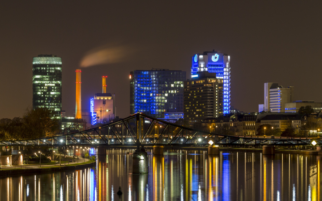 Frankfurts Skyline Bild:  Carsten Frenzl, Frankfurt - Eiserner Steg, CC BY [flickr]