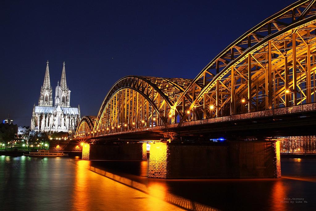 Nächtlicher Blick zum Kölner Dom Bild: Luke Ma, Kölner Dom & Hohenzollernbrücke, Köln, Germany, CC BY [flickr]