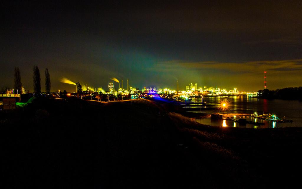 Leverkusen ist als Industriestadt bekannt. Bild:  A. M. D., Leverkusen Skyline, CC BY-ND [flickr]