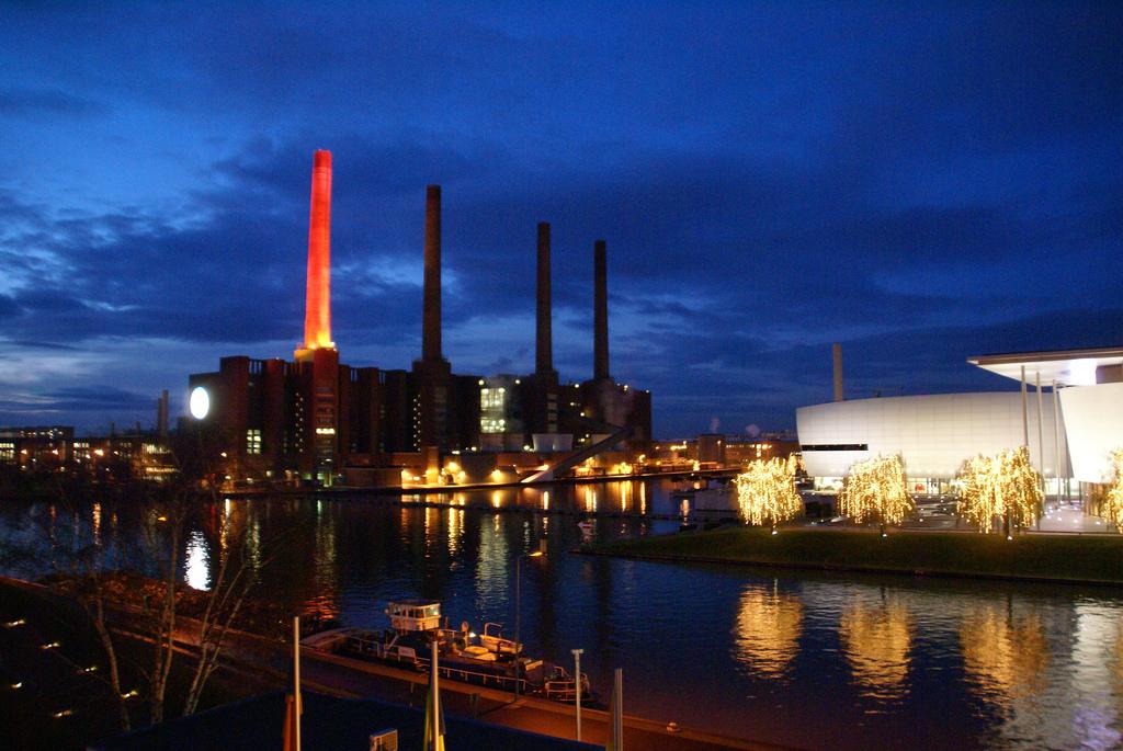Außer für den Fußball ist Wolfsburg hauptsächlich für die Industrie bekannt. Bild:  Michael Radtke, Bilder aus der Autostadt Wolfsburg, CC BY-ND [flickr]